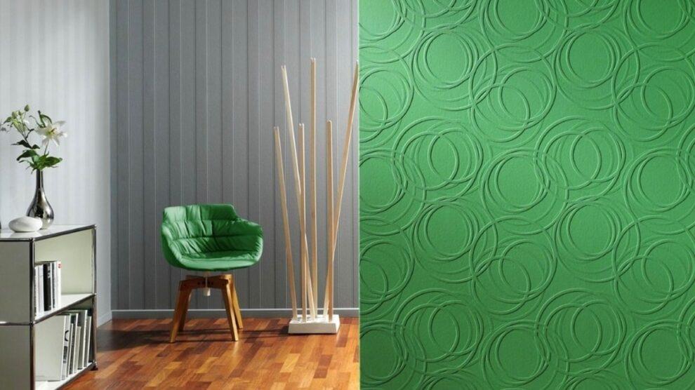 Non-woven wallpaper on the walls