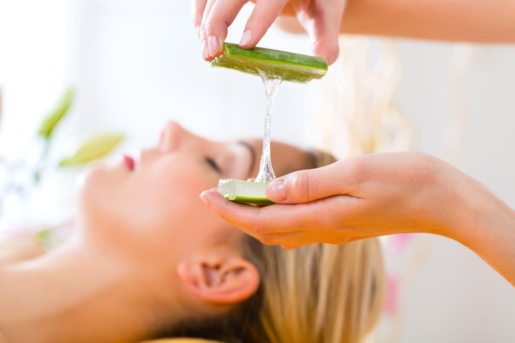 Жирную кожу хорошо смазывать соком или ледяными кубиками из алоэ и лимонного сока, смешанных в равных частях.