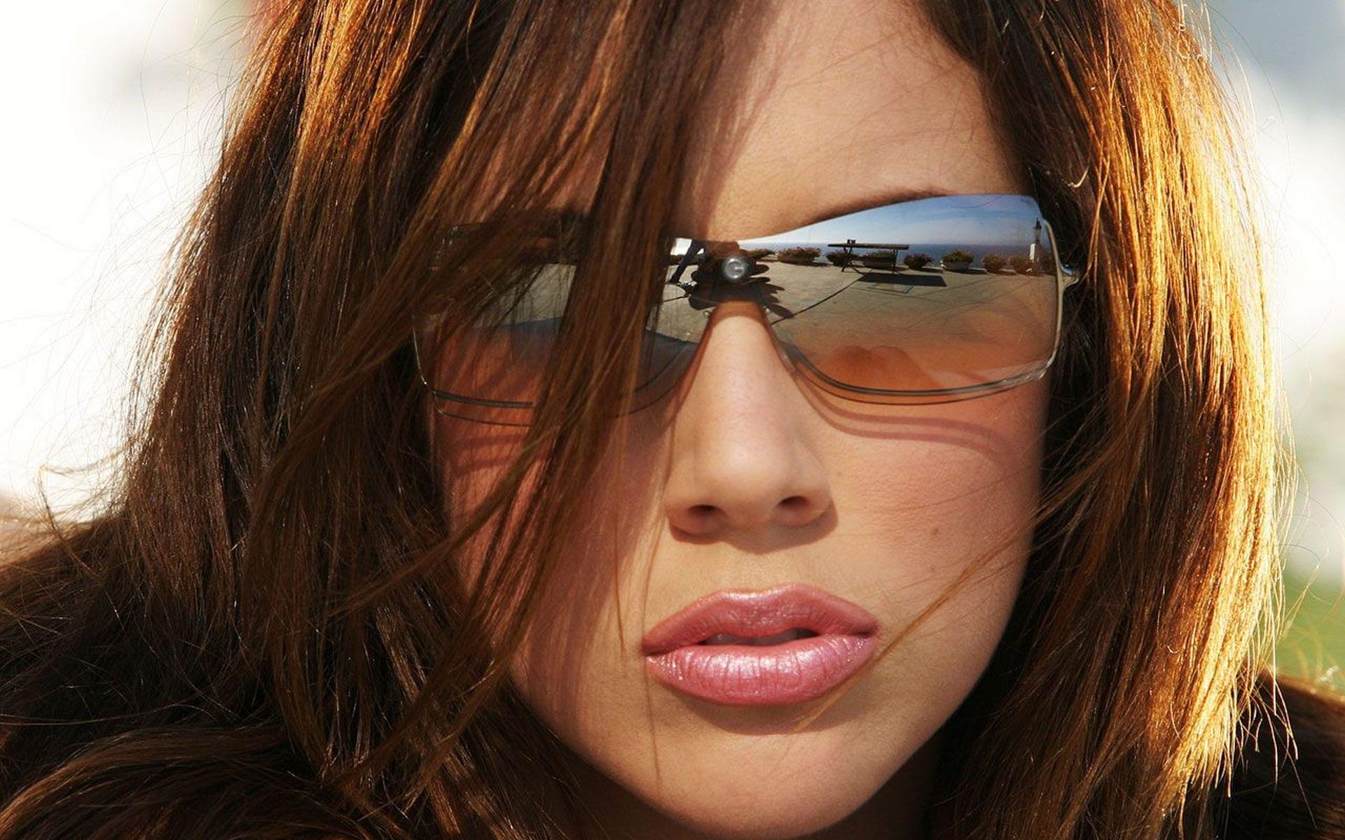 Фото полной девушки в темных очках