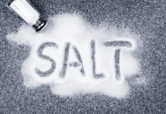4 SIGNS THE BODY SENDS WHEN YOU EAT TOO MUCH SALT!